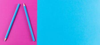 Blue pencils在紫色和蓝色对比背景安排了 免版税图库摄影