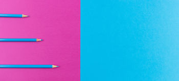 Blue pencils a arrangé sur le fond pourpre et bleu de contraste Photographie stock libre de droits