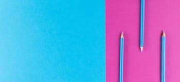 Blue pencils a arrangé sur le fond pourpre et bleu de contraste Image libre de droits