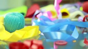 Blue Ribbon que baja abajo en la tabla Elementos de empaquetado Cinta del día de fiesta almacen de video