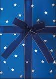 Blue Ribbon y arco en el regalo Imagen de archivo