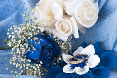 A  blue roses and wedding rings Royalty Free Stock Photos