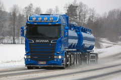 Blue Scania R580 Euro 6 Tank Truck in Winter Royalty Free Stock Photos