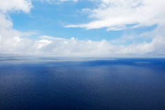 Blue sea and a cloudy sky Royalty Free Stock Photos