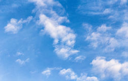 Blue sky with cloud in a sunny day Royalty Free Stock Images