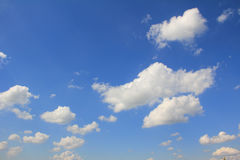 Blue sky with cumulus clouds Royalty Free Stock Photos