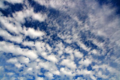 Blue sky with fleecy clouds Royalty Free Stock Photos