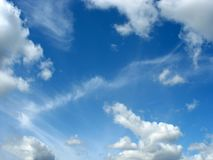 Blue sky with fleecy and cumulus clouds Royalty Free Stock Photography