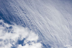 Blue sky with fluffy clouds Royalty Free Stock Photos