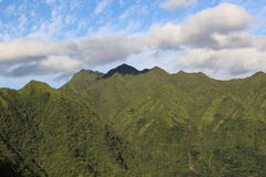 Blue sky and mountains. Blue sky and clouds over mountains in Oahu, Hawaii Royalty Free Stock Images