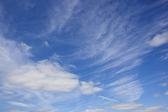 Blue sky and wispy cloud background Royalty Free Stock Images