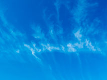 Blue skys and fern shaped clouds that are light and whispy by na Royalty Free Stock Photo