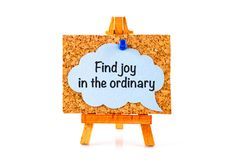 Blue speech bubble with phrase Find Joy in the Ordinary on corkb Royalty Free Stock Photography