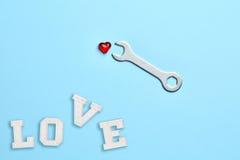 Bluebackground avec la clé, le coeur rouge et amour Photographie stock