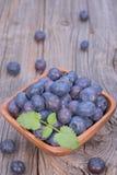 Bluebarries dans la cuvette en bois Image libre de droits