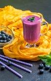 Blueberrie smoothie w szkle Obrazy Stock