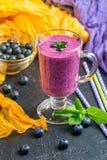 Blueberrie smoothie w szkle Zdjęcia Stock