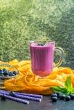 Blueberrie smoothie w szkle Zdjęcia Royalty Free