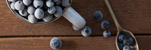 Blueberrys congelados en la tabla de madera Fotografía de archivo
