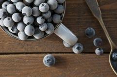 Blueberrys congelados en la tabla de madera Fotos de archivo libres de regalías