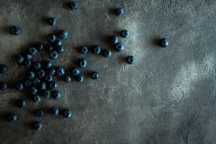 Blueberrys su fondo scuro rustico Superf antiossidante organico immagine stock libera da diritti