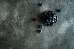 Blueberrys su fondo scuro rustico Superf antiossidante organico fotografia stock libera da diritti