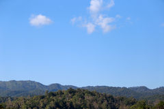 BlueBlueberg met blauwe hemel en wolken Stock Afbeelding