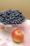BlueBlueberries und Apfel Lizenzfreies Stockbild