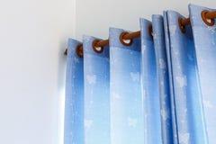 Bluecurtain voor nieuw huis stock foto