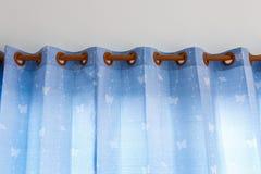 Bluecurtain voor nieuw huis stock afbeelding