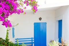 Bluedoor i bougainvilleas w biel domu Zdjęcia Stock