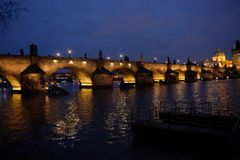 Bluehour i Prague, Charles Bridge Royaltyfri Bild