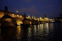 Bluehour i Prague, Charles Bridge Royaltyfria Foton