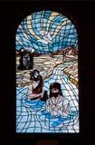 bluekyrkan förser med rutor fönstret Arkivfoto