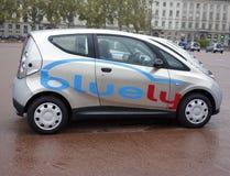 Bluely вполне электрическое и обслуживание делить автомобиля открытого доступа в Лионе Стоковые Фотографии RF