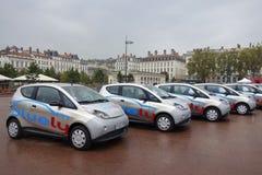 Bluely complètement électrique et voiture d'ouvert-Access partageant le service à Lyon Photos libres de droits