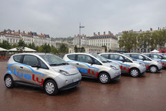 Bluely folował elektrycznej i dostępu samochodowego udzielenia usługa w Lion Zdjęcia Royalty Free