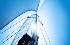 bluen över seglar skyen Fotografering för Bildbyråer