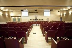 bluen chairs trä för konferenslokaltabellen Royaltyfri Bild