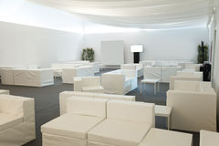 bluen chairs trä för konferenslokaltabellen Royaltyfria Bilder