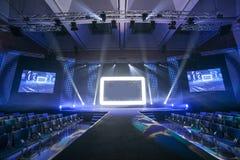 bluen chairs trä för konferenslokaltabellen Arkivfoton