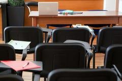 bluen chairs trä för konferenslokaltabellen Arkivbild