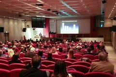 bluen chairs trä för konferenslokaltabellen Fotografering för Bildbyråer