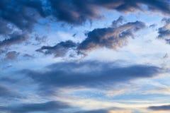 bluen clouds den dramatiska skyen Fotografering för Bildbyråer