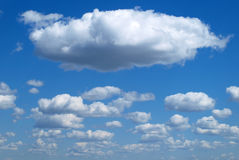 bluen clouds den fluffiga skyen Arkivbilder