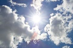 bluen clouds den varma skysunen Arkivbild