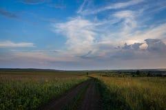 bluen clouds för vägsky för mörkt fält white Royaltyfria Bilder