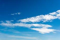 bluen clouds fluffig skywhite Arkivfoton