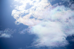 bluen clouds fluffig skywhite Royaltyfri Bild