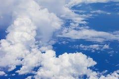 bluen clouds fluffig skywhite Den blåa himlen och den härliga wen Arkivbilder